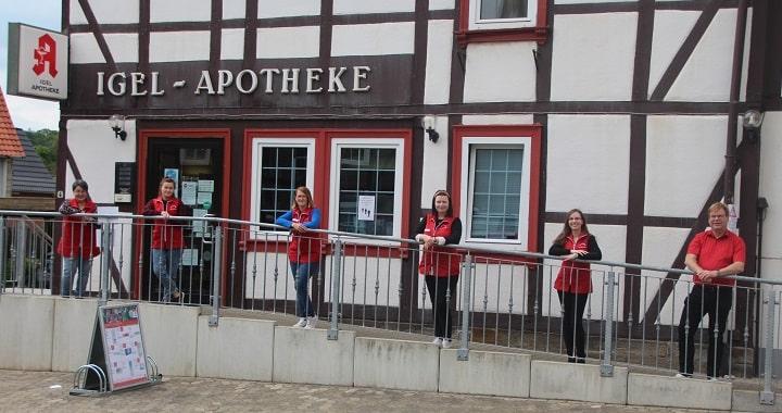 Unser Team vor der Igel-Apotheke in Grasleben